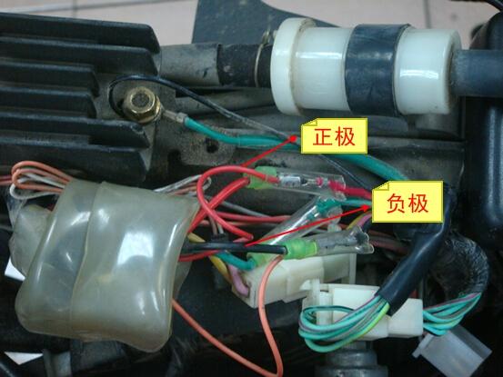 3.黄色线接法为:分别接在摩托车的左、右转向灯的线路上,一般是浅蓝和橙线,如果是带转向语音提示的这个时候需要注意的是分清楚防盗器上的左右方向灯线,避免接反(小提示:防盗器黄绿为:左方向灯,黄色为:右方向灯)