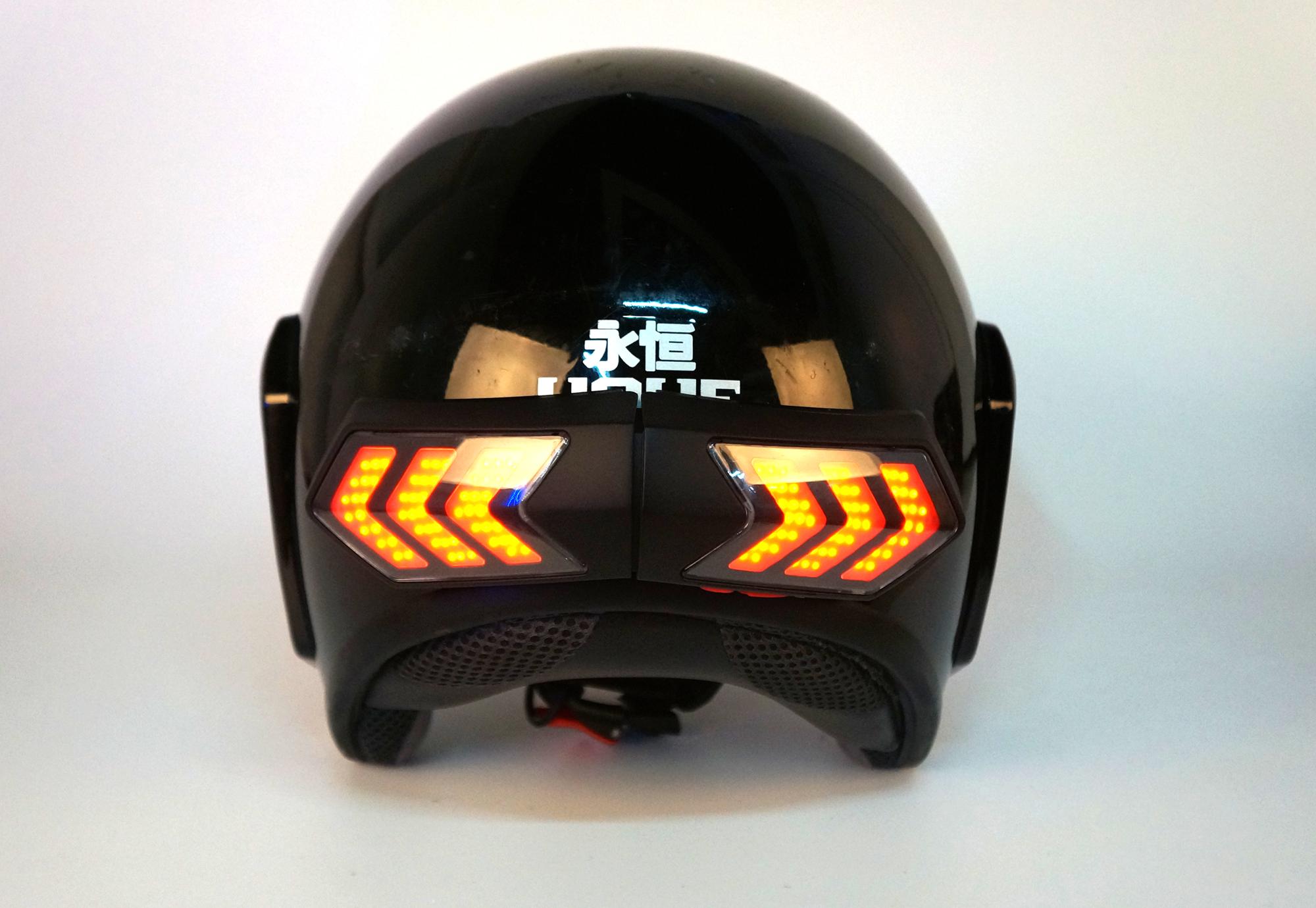 进口大容量锂电池,满电后自动停充,产品弧面完全紧贴头盔,与头盔一体